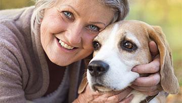 Hund mit älterer Frau